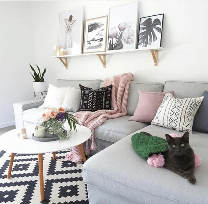 deco salon gris, tapis noir et blanc géométrique, table basse bois et blanc, étagère porte encadrement