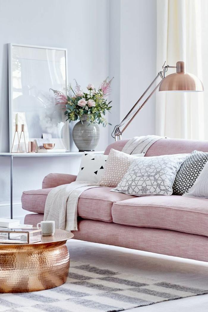 deco salon gris, sofa rose moelleux, table cuivrée, lampadaire cuivré, coussins décoratifs