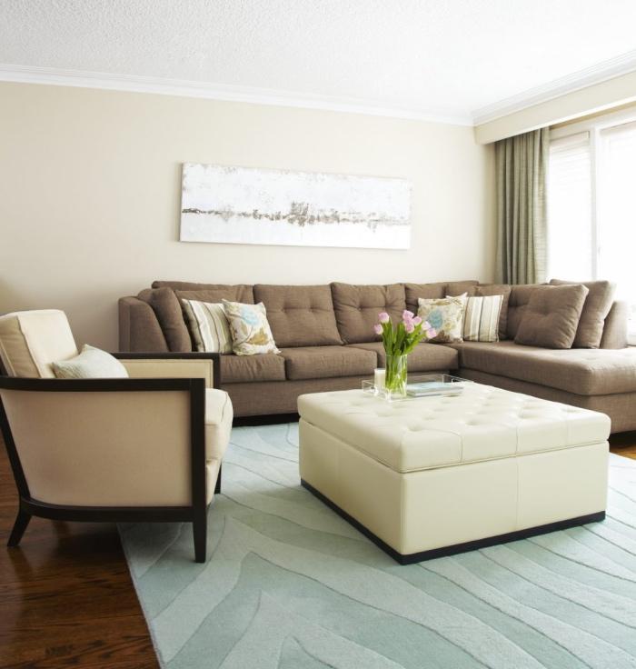 couleur peinture salon beige, plafond blanc, fauteuil beige, table basse blanc cassé, canapé d angle gris, tapis bleu, parquet marron