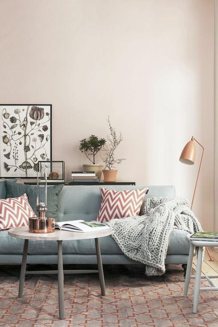 deco salon moderne, petite table scandinave, sofa gris, lampe de sol cuivrée, plaid tricoté couleur gris, coussins à motifs chevrons