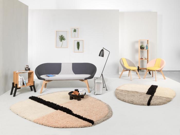 salon blanc et beige, mur et sol blancs, tapis beige, gris, rose et noir, canapé et fauteuils pastel, mobilier bois