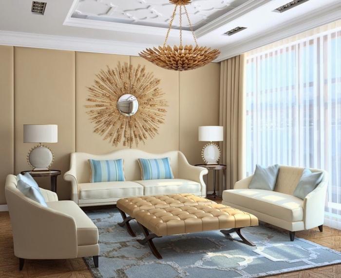 association couleur beige sur un mur d accent rideaux et table basse beige, parquet bois, plafond blanc, tapis bleu et miroir soleil