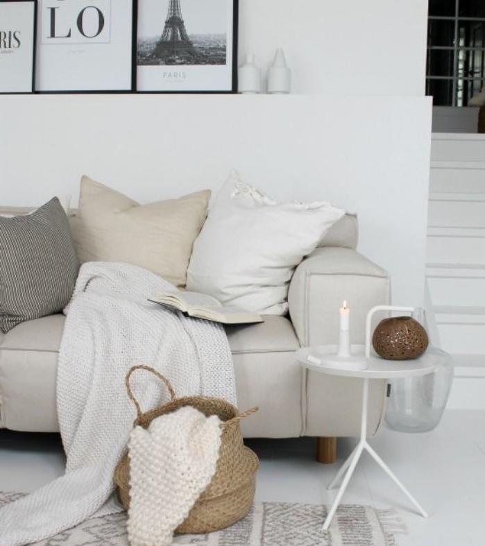 association couleur beige, panier, luminaire deco et coussin beige sur un canapé gris, sol et murs couleur blanche, deco graphique, salon scandinave