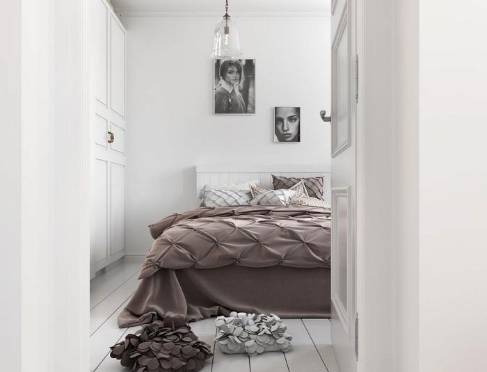 modele de chambre scandinave, linge de lit marron, lit blanc, parquet blanc, deco murale portraits graphiques