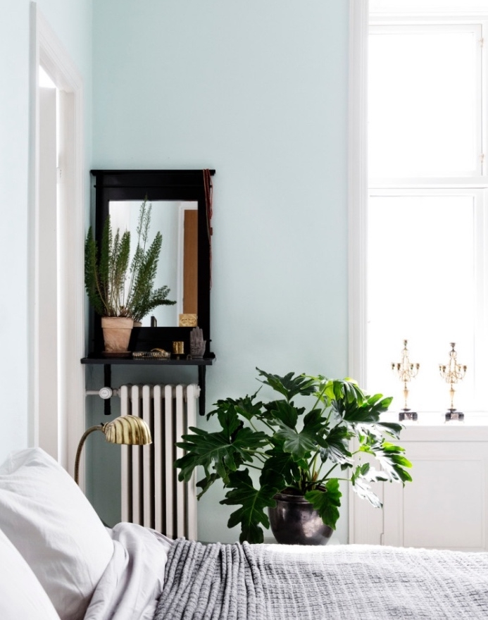 deco chambre scandinave, repeint en bleu clair, linge de lit blanc et gris, plante verte, miroir vintage