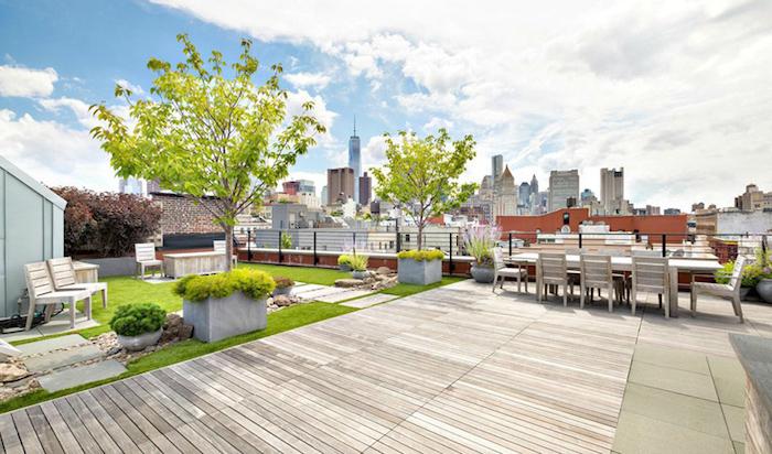 aménager une terrasse, avec coin repos chaises bois sur un gazon, chemin en dalles, arbres, petits arbustes, revêtement bois composite, salle à manger table et chaises en bois
