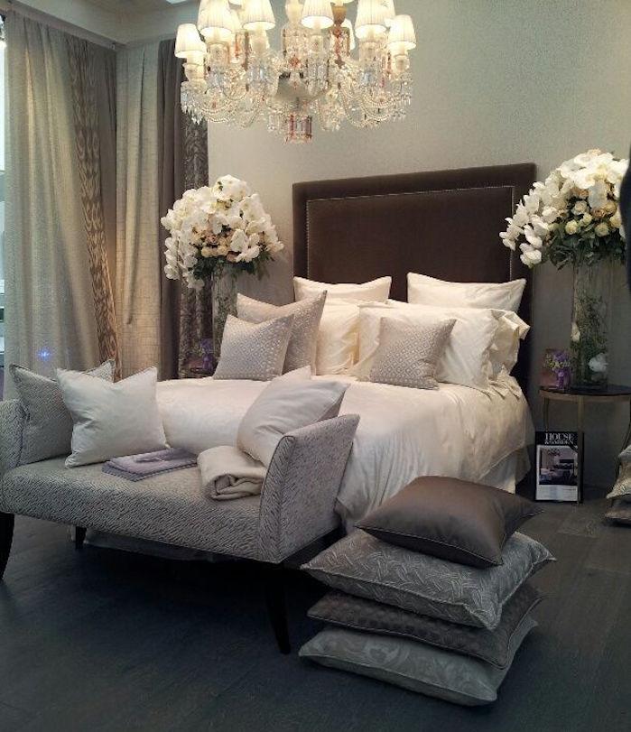 chambre style barroque chateau pour princesse grise et lit marron