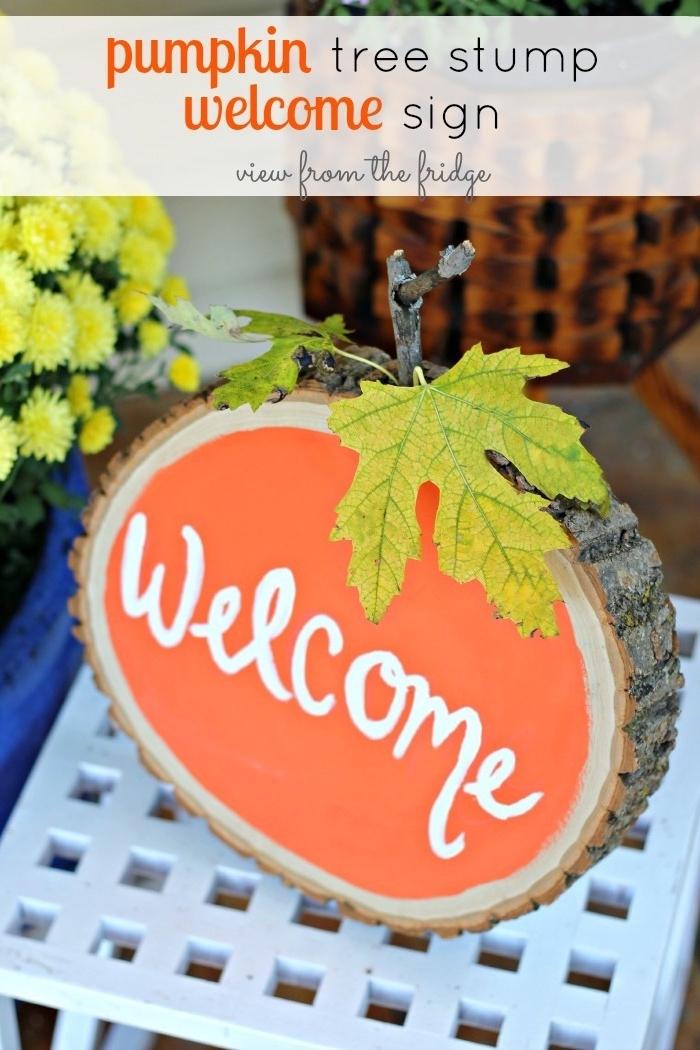 une rondelle en bois repeint en orange et transformée en deco automne a faire soi meme, decoration porte bienvenue avec des feuilles d arbre