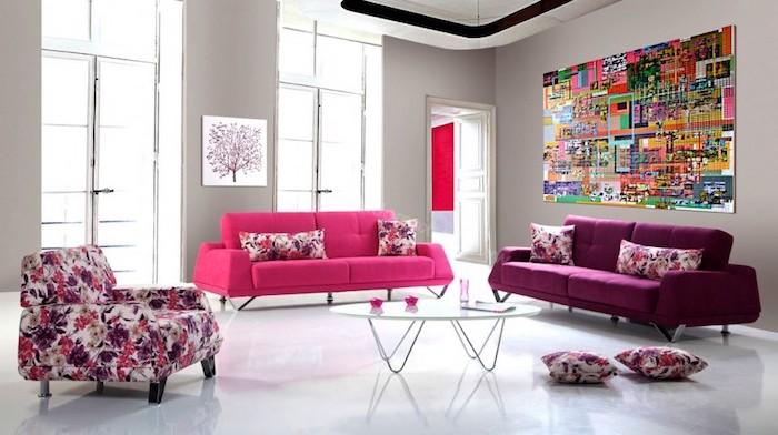 peinture chambre, salon aux murs taupe, aménagement en nuances flashy canapé en tissu rose foncé et violet