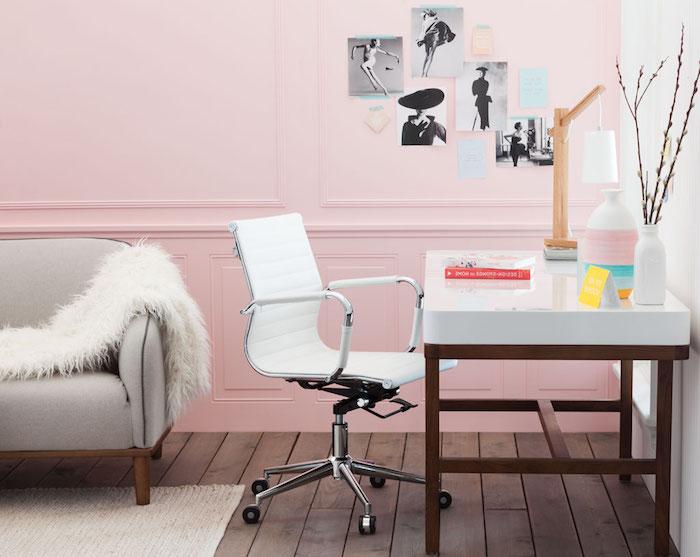 espace bureau à domicile féminin, canapé gris avec plaid en faux fur blanc, bureau blanc avec pieds en bois foncé