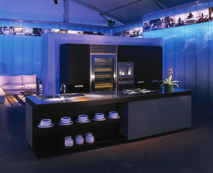 modele de cuisine, meubles noirs avec poignées métalliques, service de café blanc, éclairage néon bleu