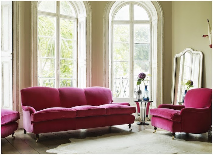 palette de couleur, salon aux murs vert claire, aménagement salon canapé et fauteuil en tissu rose foncé