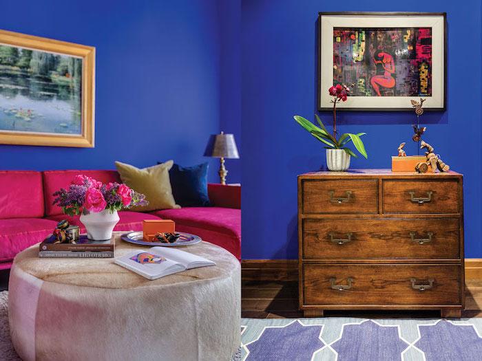 peinture murale, salon aux murs peints en bleu foncé, canapé en velours couleur framboise, cadre photo nuance doré