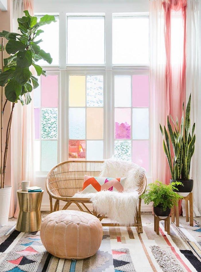 esprit bohème dans le salon aux couleurs pastel, fenêtre à carreaux pastel, plantes vertes dans pots à fleurs blanc et noir