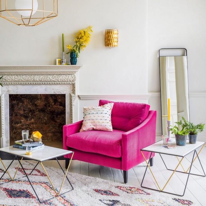 peinture murale, lustre en cuivre avec boule blanche inox, grand miroir rectangulaire, fauteuil en tissu couleur framboise