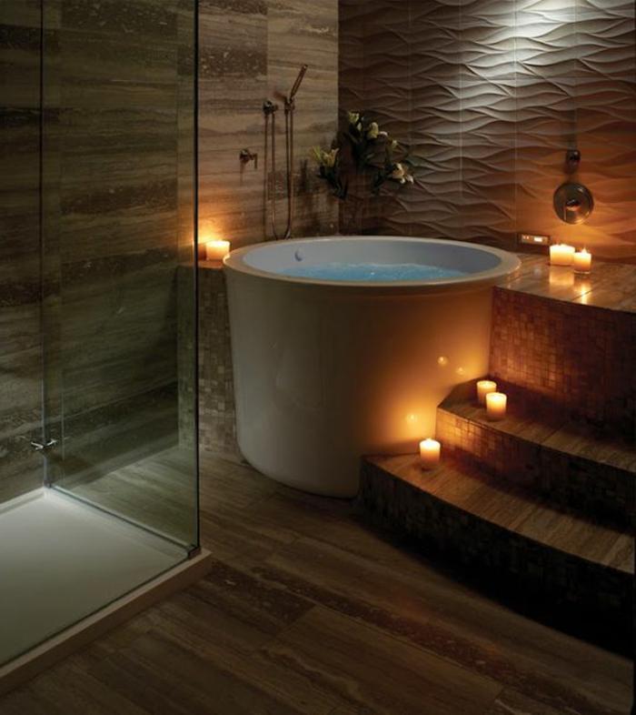 decoration salle de bain, baignoire ronde blanche, bougies alumées, parement bois et plâtre