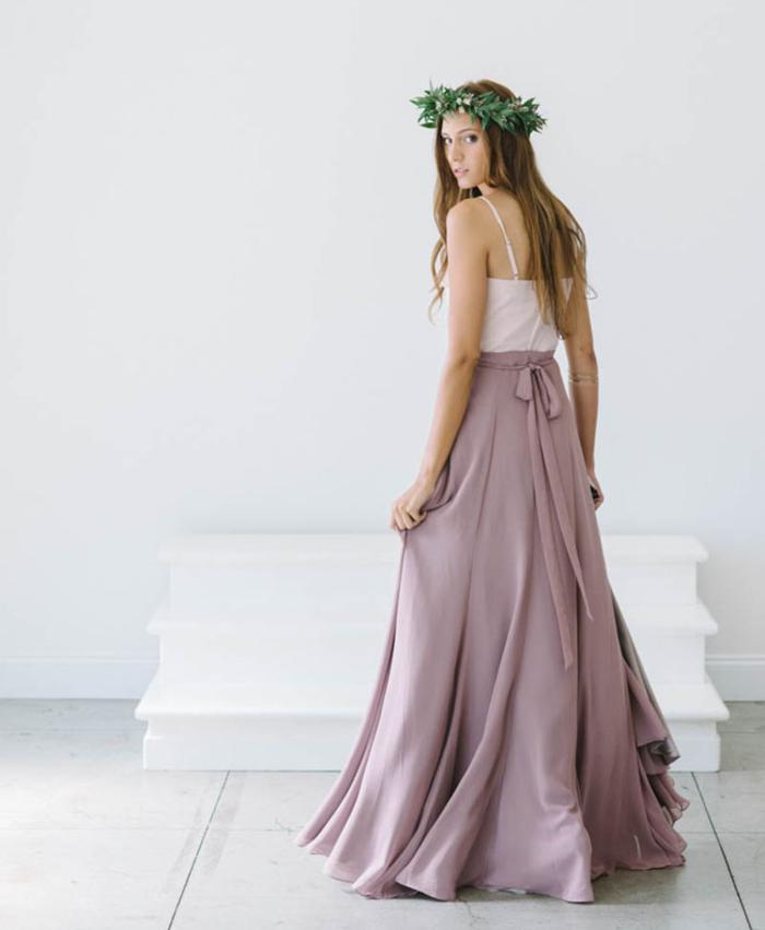 modèle de robe demoiselle d'honneur boheme en deux pièces associant un haut blanc et une jupe maxi couleur parme