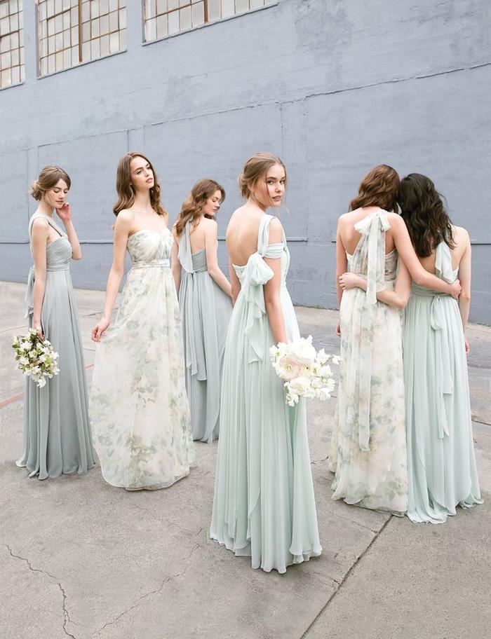 des robes demoiselles d'honneur dépareillées de même couleur vert d'eau et à motifs floraux