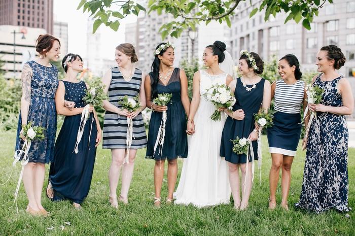 cortège nuptial en robes dépareillées aux nuances de bleu marine