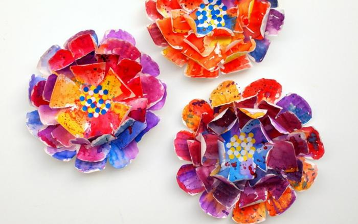 idée de fleur coloré à la peinture, fabriquée à aprtir d assiettes en carton, deco a faire soi meme recup