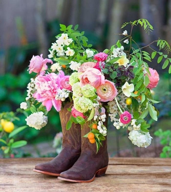 bricolage récupération de vieilles bottes en cuir, remplies de bouquets de fleurs champêtres, astuce deco simple