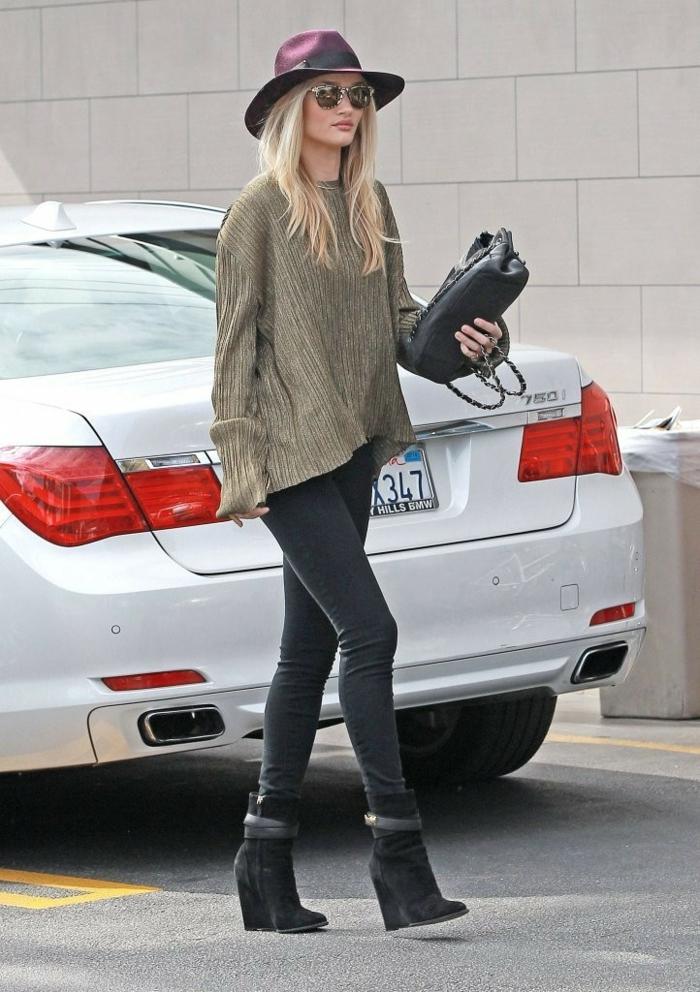 Porter jean boyfriend jupe couleur camel tenue avec des bottes style bottines noires slim jean cool Rosie tenue