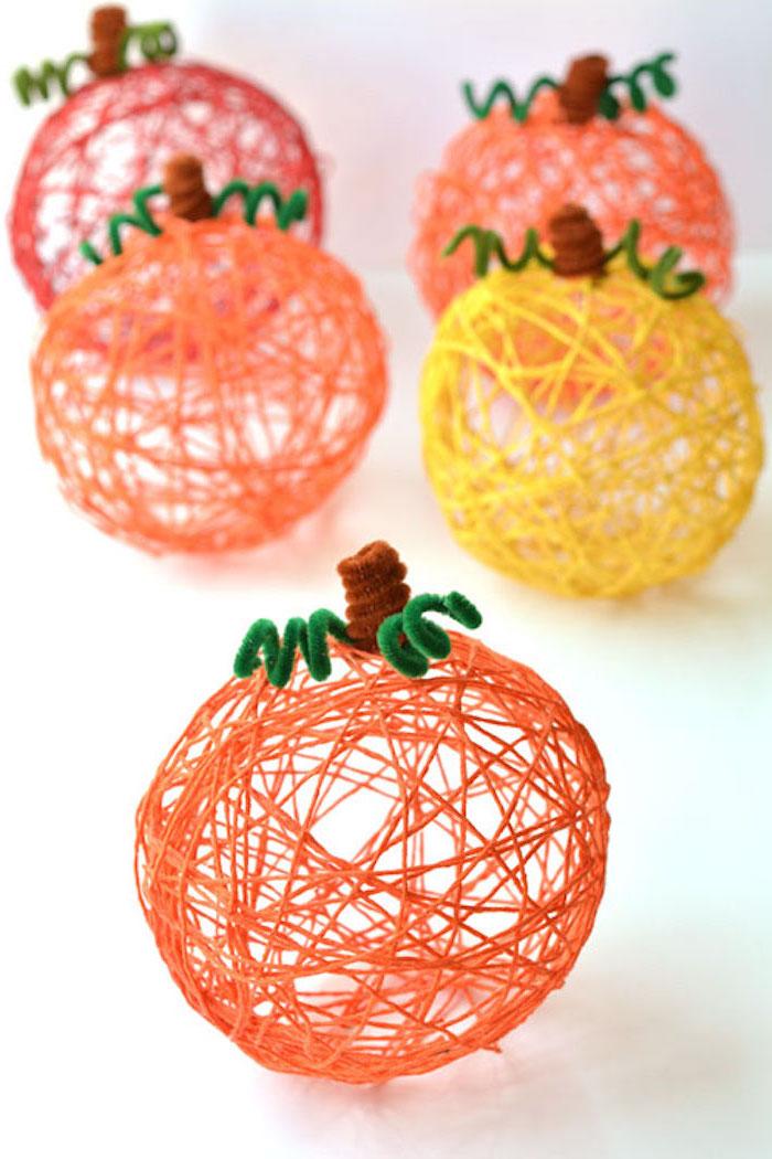 des boules de laine fabriquées avec de l amidon et ballon, activité manuelle sur l automne, des citrouilles en laine