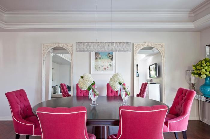 idée amenagement salle à manger couleur framboise, chaises framboise design baroque, table ronde en bois, mur couleur blanche