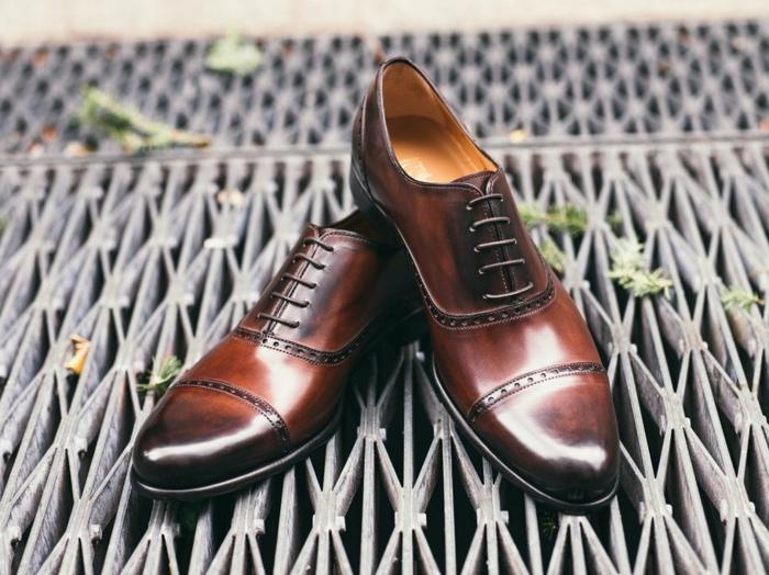 idée de cadeau élégant pour les grands pères stylés, chaussures en cuir à offrir pour la fête des papi