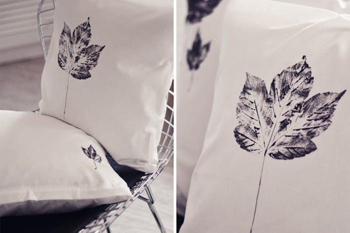 une empreinte de feuilles morte sur un coussin, idée activité manuelle sur l automne pour adultes