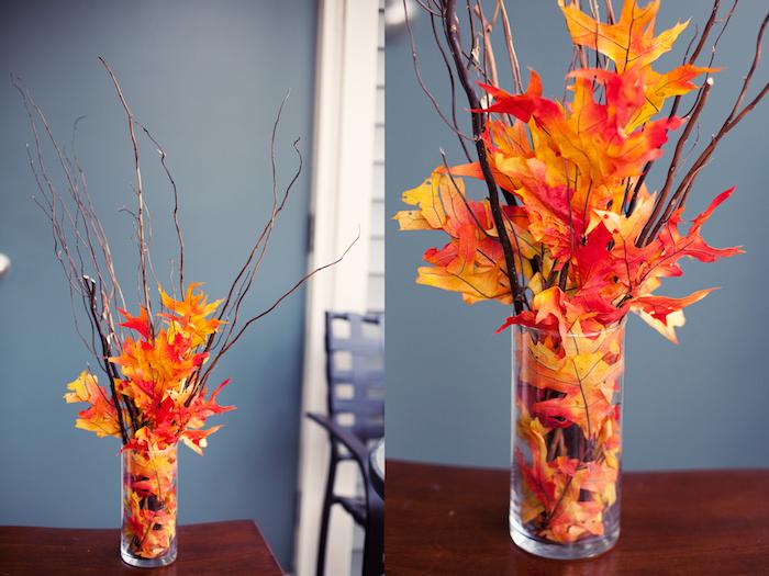 idée composition decorative centre de table, vase en verre remplie de feuilles mortes et brindilles, deco automne a faire soi meme