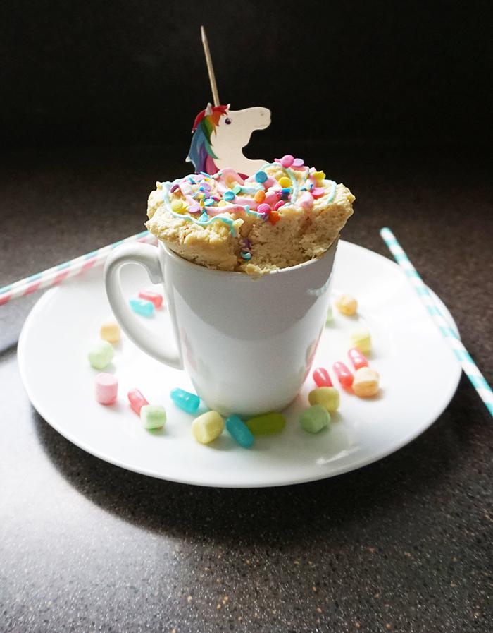 recette de mug cake nature licorne ultra moelleux décoré de vermicelles colorées et de glaçage pastel