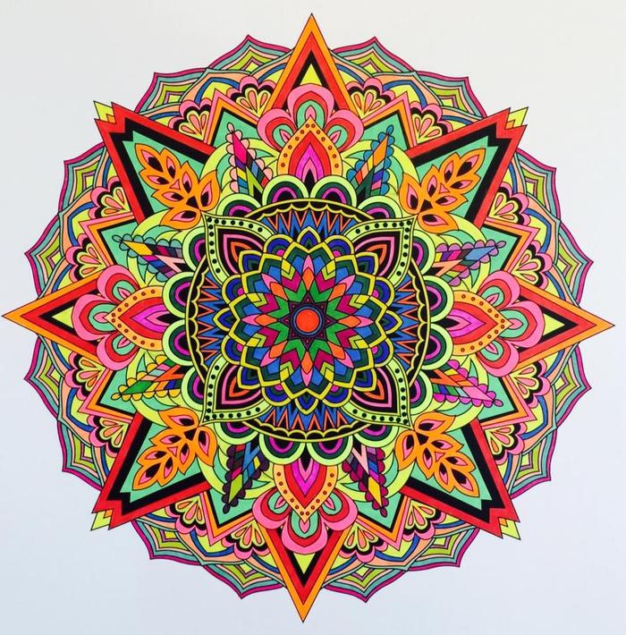 un coloriage anti-stress de mandala à motif oriental associant des motifs et des couleurs différents