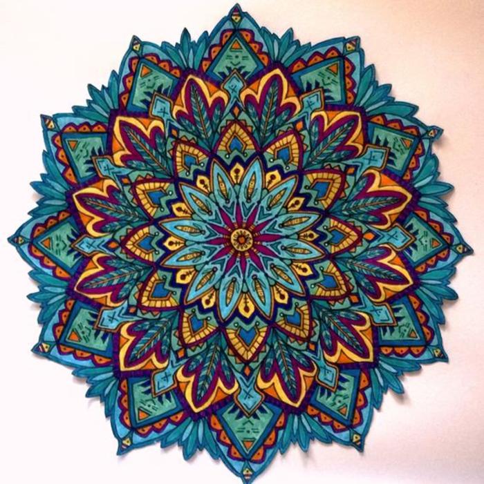 joli dessin anti stress coloré aux nuances de bleu et de jaune, dessin de mandala à colorier au design en fleurs