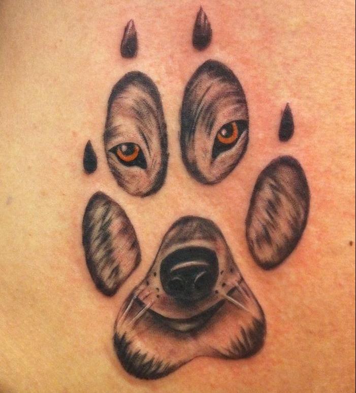 tatouage loup signification, idée petit tattoo à motif patte et tête de loup, tatouage en couleurs