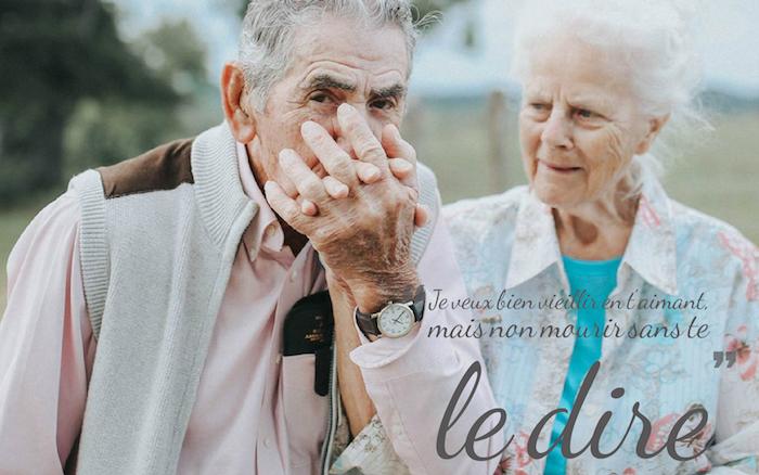proverbe amour, vieux couple dans la nature, amour éternel citation inspirante, montre noir en or
