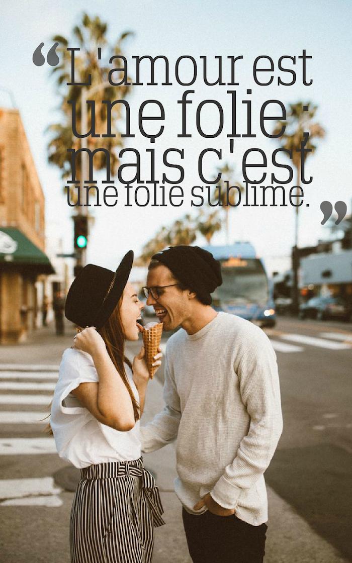 phrase romantique, amour et folie, s'amuser dans la vie, bonnet noir pour homme, blouse beige et pantalon noir
