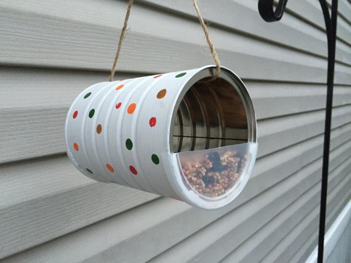 distributeur de graines, boîte de café transformée en crèche pour les oiseaux