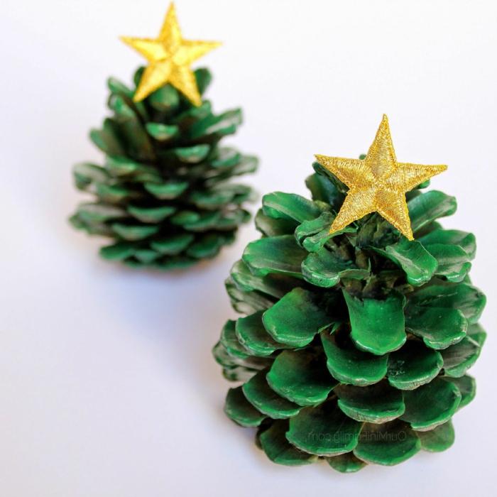 diy deco noel, sapins de noel verts avec étoiles jaunes, bricolage à faire avec les enfants