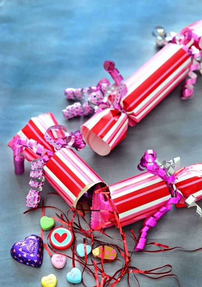 des confettis pour la saint-valentin réalisés en rouleau papier toilette et papier cadeaux rose