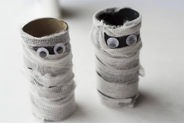idée pour un bricolage en papier de dernière minute pour la fête de halloween, des momies en tubes en carton et bandages