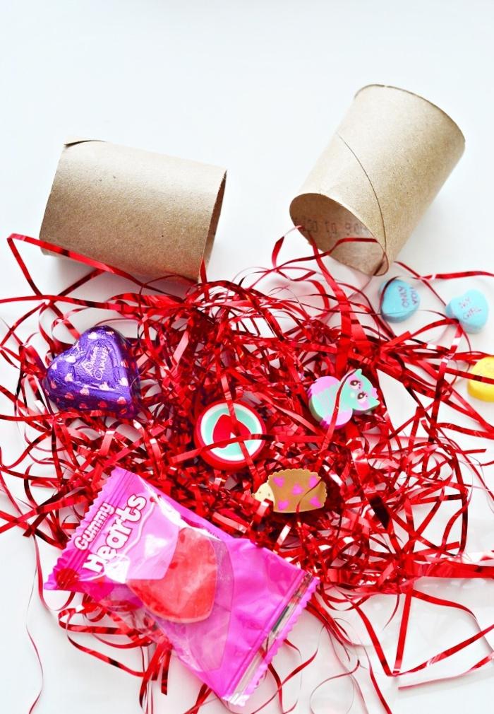 un bricolage pour la sainte-valentin réalisé avec des rouleaux de papier toilette recyclés, des confetti en rouleau papier toilette et papier cadeau