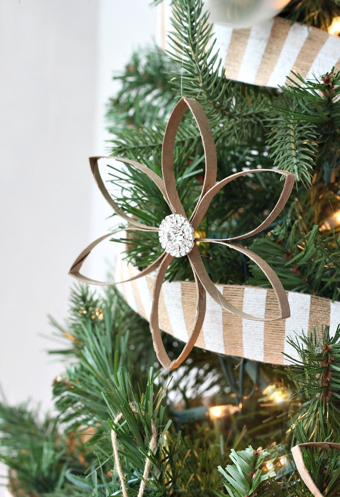 une suspension en papier récupéré en forme de fleur pour décorer le sapin de noël, idée pour un bricolage en papier de noël