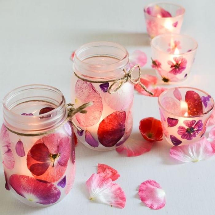 recyclage pots en verre avec des pétales de fleurs appliqués comme décoration, idée comment faire des bougies, bricolage récupération