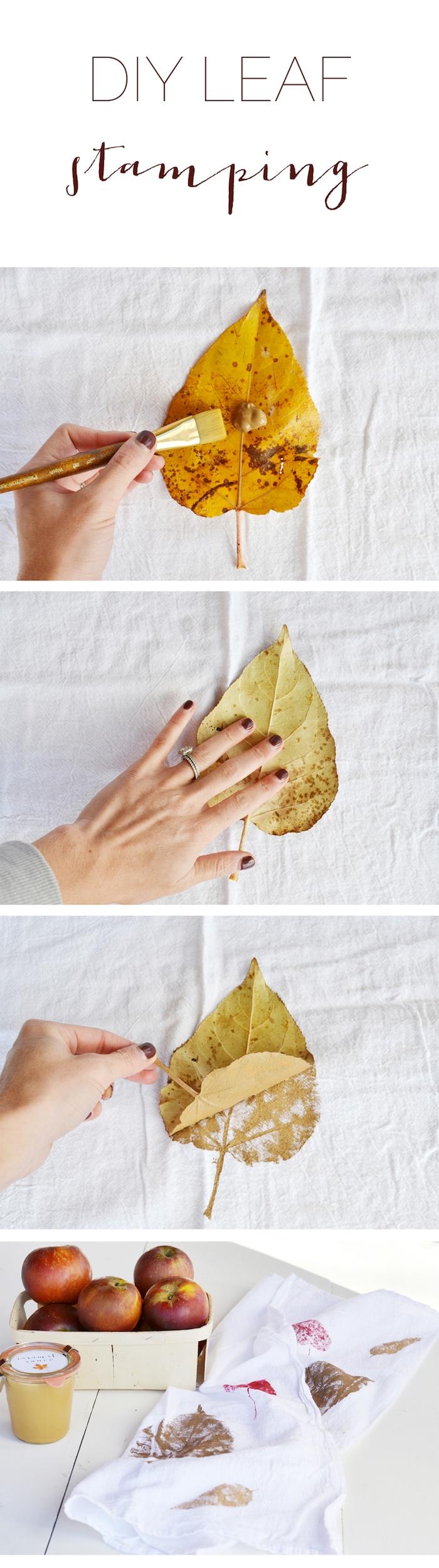 tutoriel technique pour décorer une serviette à motif floral, empreintes de feuilles avec de la peinture appliquée dessus