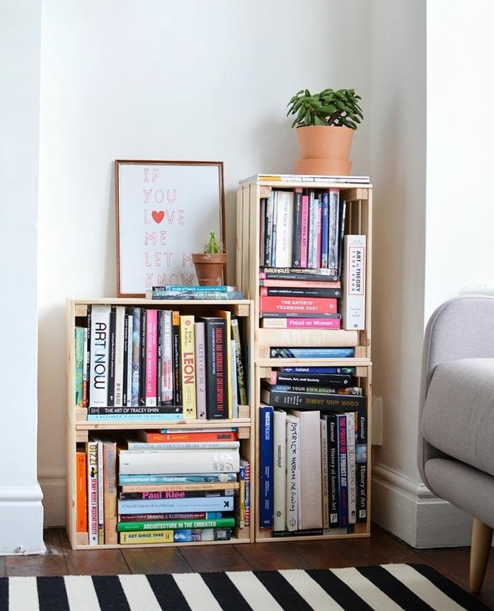 déco avec de la récup, une etagere cagette fabriquée à partir de caisses de bois assemblées, petite bibliothèque diy