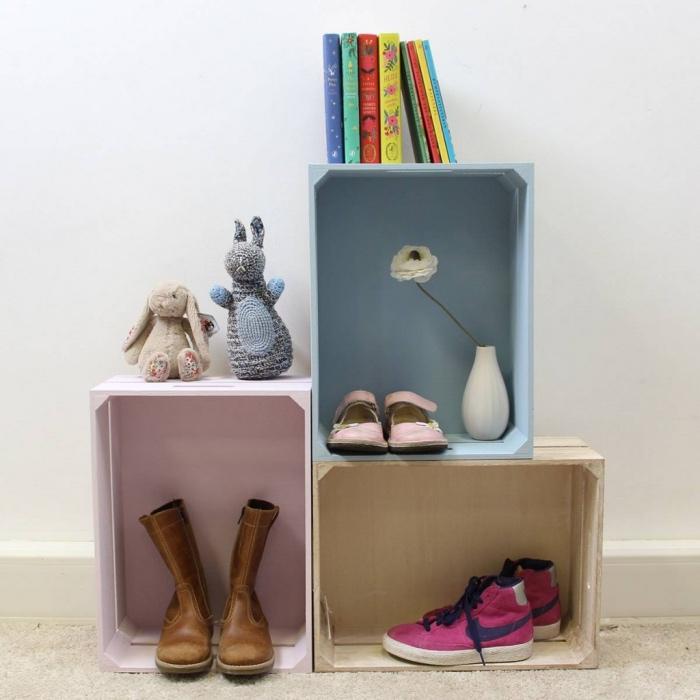 idée comment faire une etagere cagette, trois caisses en bois repeints, bleu et rose pastel, rangement chaussures, livres, jouets, accessoires deco, bricolage récupération
