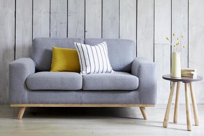 exemple de canapé gris, coussin jaune, lambris gris, table d appoint scandinave, inspiration scandinave