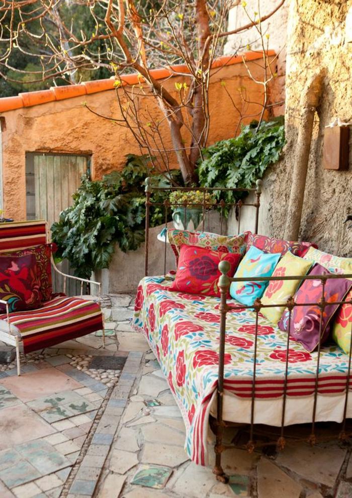 exemple d aménagement de jardin style boho sol recouvert de mosaique aux tonalités pastels