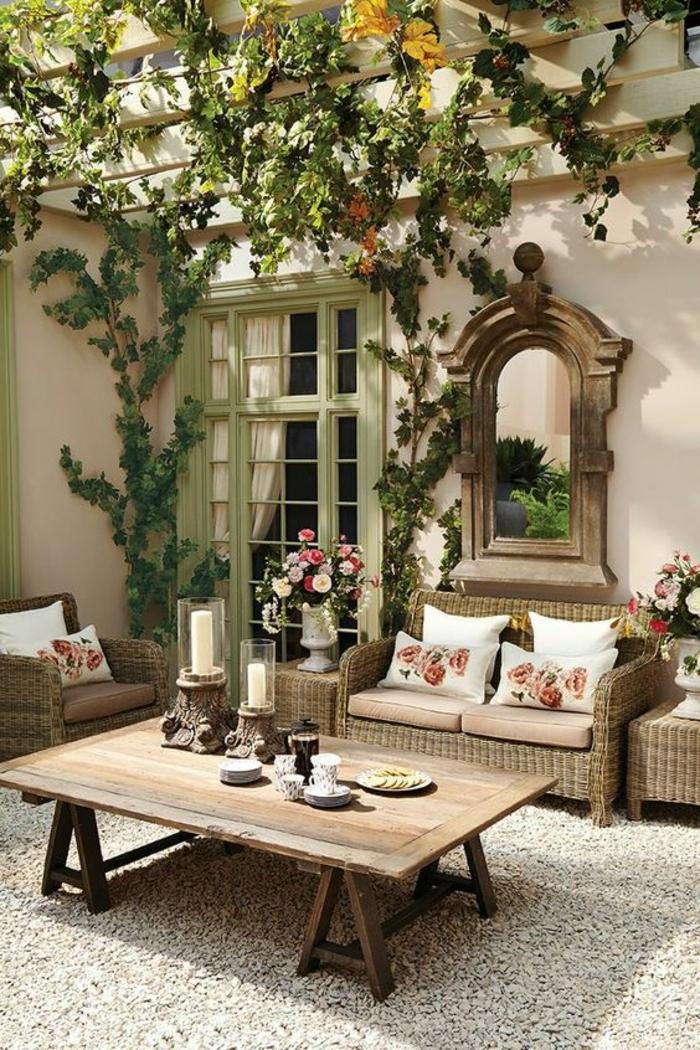 comment aménager son jardin dans un style baroque classique avec un grand miroir